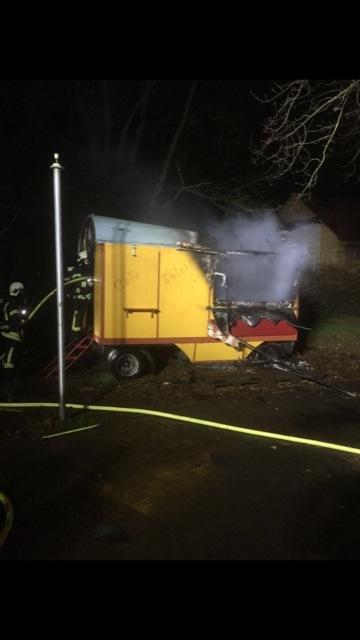 Abgebrannter Verkaufswagen - Kripo Marburg bittet um Hinweise zu verdächtigen Beobachtungen!