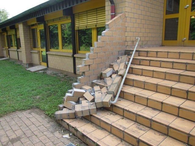 Foto der beschädigten Treppenmauer am Nackenheimer Gymnasium