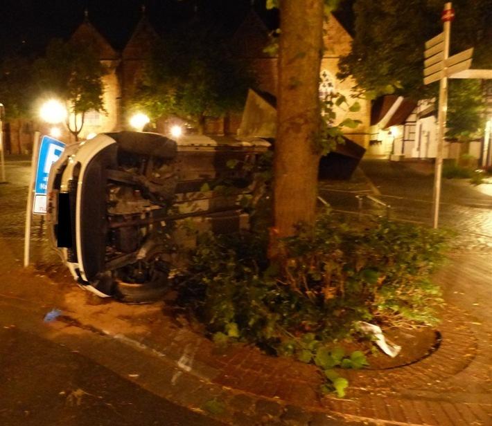 Der Pkw prallte bei dem Unfall gegen einen Baum und blieb auf der Seite liegen.