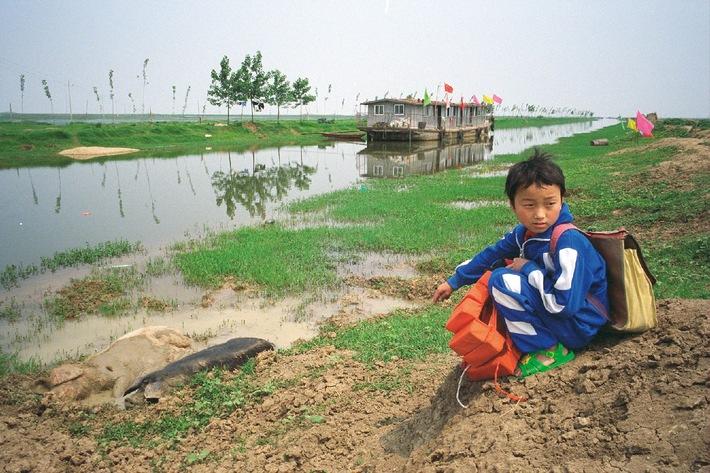 """Amway hilft in China beim Aufbau eines Schulbootes für die Kinder der Fischer. Die Verwendung dieses Bildes ist für redaktionelle Zwecke honorarfrei. Abdruck bitte unter Quellenangabe: """"obs/Amway"""""""