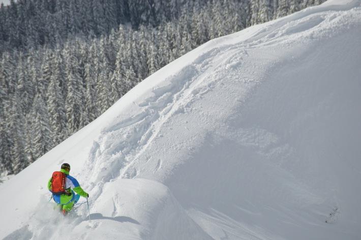 """Von erfahrenen Profis lernen geübte Skifahrer das sichere Gleiten im Pulverschnee. Die Verwendung dieses Bildes ist für redaktionelle Zwecke honorarfrei.  Veröffentlichung bitte unter Quellenangabe: """"obs/Ski Juwel Alpbachtal Wildschönau"""""""