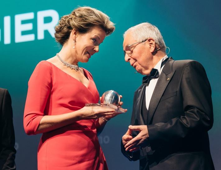 Ihre Majestät Königin Mathilde empfängt den Ehrenpreis von Prof. Dr. Klaus Töpfer.