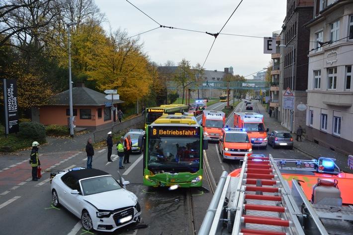 FW-MH: Schwerer Verkehrsunfall zwischen Linienbus und PKW forderte 16 Verletzte.