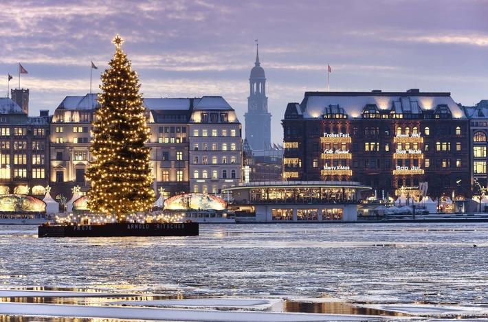 """Besonders in den kommenden Wochen gibt es in Hamburg 5 Highlights, die man im Advent nicht verpassen darf: 1. Hamburg ist mit 18 Märkten die Weihnachtshauptstadt des Nordens 2. """"Crazy Christmas"""" - das etwas andere Weihnachten auf St. Pauli 3. Weihnachtsshopping an der Alster,  4. Weihnachts-Sterne-Küche in der HafenCity 5. Weihnachts-Craft-Beer am Hafen. Mehr unter: www.hamburg-tourismus.de/weihnachten. Weiterer Text über ots und www.presseportal.de/nr/75051 / Die Verwendung dieses Bildes ist für redaktionelle Zwecke honorarfrei. Veröffentlichung bitte unter Quellenangabe: """"obs/Hamburg Marketing GmbH/HMG/Christian Ohde"""""""