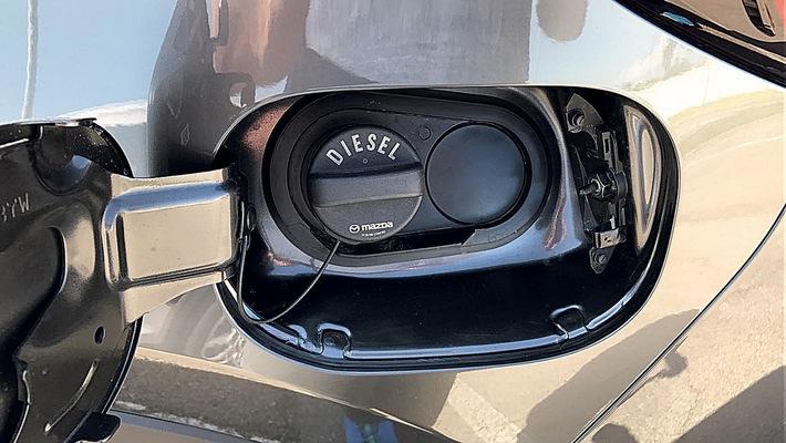 """Der neue Mazda CX-5 bekommt in den USA als Diesel eine doppelte Abgasreinigung, also Speicher- und SCR-Kat. Die deutsche Version hat statt des AdBlue-Einfüllstutzens nur einen Blindstopfen. Weiterer Text über ots und www.presseportal.de/nr/53065 / Die Verwendung dieses Bildes ist für redaktionelle Zwecke honorarfrei. Veröffentlichung bitte unter Quellenangabe: """"obs/AUTO BILD"""""""