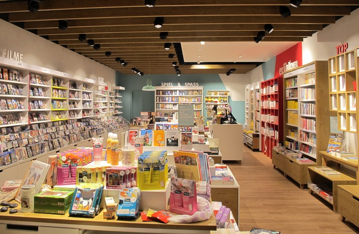 Die Ex Libris-Filiale im Länderpark in Stans hat nach dem Umbau ein neues Ladendesign erhalten. Der helle, freundliche und warm gestaltete Raum passt zur modernisierten Marke.