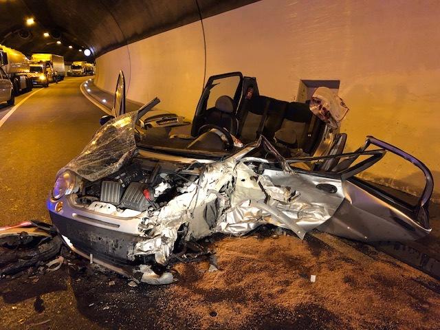Verkehrsunfall Annweiler, B 10, Barbarossatunnel