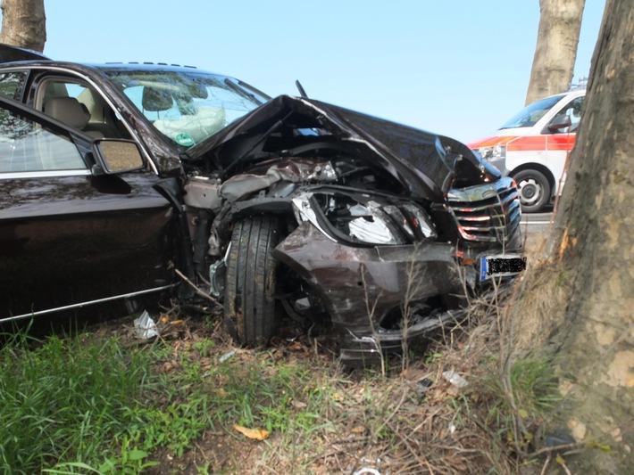 POL-DN: Frontal gegen Baum geprallt - Insassen erleiden Verletzungen