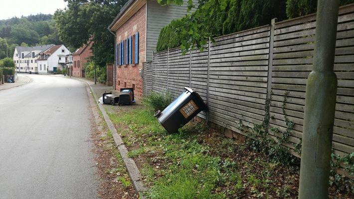 Vermutlich war der Unfallverursacher aufgrund nicht angepasster Geschwindigkeit mit seinem Auto von der Straße abgekommen und hatte die Abfallbehälter umgefahren.