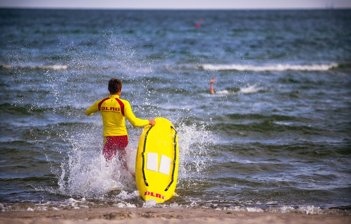 Rettungsschwimmer haben 756 Menschen vor dem Ertrinken bewahrt (FOTO)