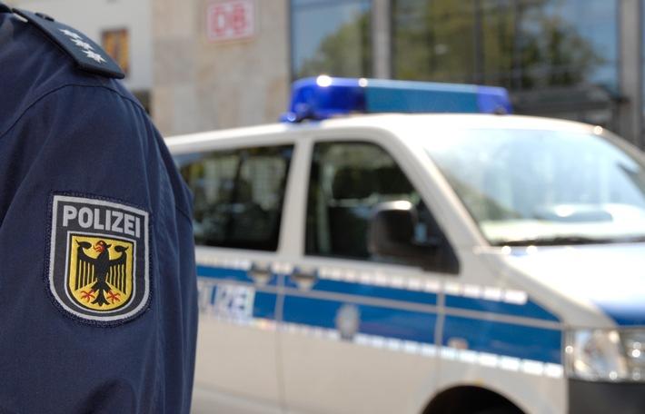 Die Rosenheimer Bundespolizei hat einen jungen Mann unmittelbar nach seiner Farbsprühaktion festgenommen.
