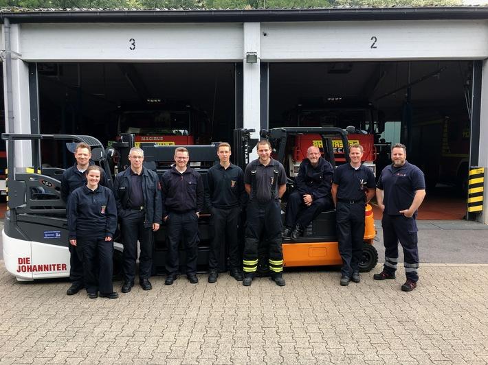 Prüfung erfolgreich bestanden: Die neuen Gabelspatlerfahrer der Feuerwehr mit dem Dozent der Johanniter Andre Paudtke (r.).
