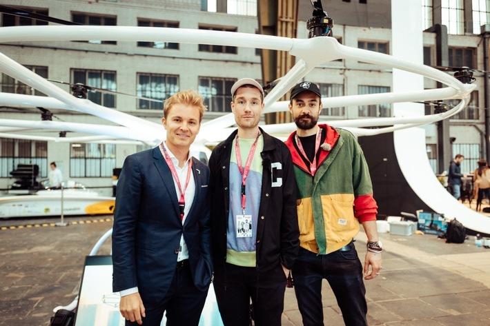 """Nico Rosberg und Bastille heute Abend eröffnen mit den Telekom Street Gigs das erste Greentech Festival. Weiterer Text über ots und www.presseportal.de/nr/134751 / Die Verwendung dieses Bildes ist für redaktionelle Zwecke honorarfrei. Veröffentlichung bitte unter Quellenangabe: """"obs/MagentaMusik 360/Telekom Street Gigs"""""""