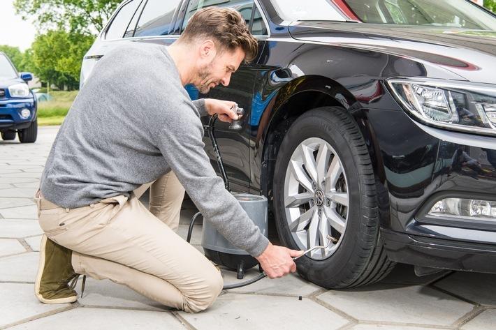 """Der Reifendruck sollte einmal im Monat überprüft und angepasst werden. Weiterer Text über ots und www.presseportal.de/nr/117646 / Die Verwendung dieses Bildes ist für redaktionelle Zwecke honorarfrei. Veröffentlichung bitte unter Quellenangabe: """"obs/Continental Reifen GmbH"""""""