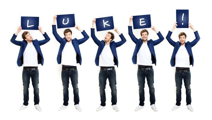 """Frühlingserwachen mit Luke Mockridge: SAT.1 feiert ab April sieben Wochen lang Lucky-Weeks mit sieben Luke Mockridge-Prime-Time-Shows: Den Auftakt macht sein Solo-Bühnenprogramm ,,Luke Mockridge live - Lucky Man"""", das am Freitag, 6. April, um 20:15 Uhr zum ersten Mal im TV zu sehen ist. Im Anschluss zeigt SAT.1 ,,Lucky Man - On the Road: Die Tourdoku"""", um 22:20 Uhr. Eine Woche später schickt Luke Mockridge in sechs neuen Folgen ,,LUKE! Die Schule und ich - VIPs gegen Kids"""" Promis zurück auf die Schulbank - ab Freitag, 13. April, um 20:15 Uhr in SAT.1. Zu seinen prominenten Schülern zählen u.a. Uschi Glas, Pierre Littbarski, Carolin Kebekus, Rea Garvey, Michael Kessler und Johannes Strate.  Person: Luke Mockridge;  Copyright: SAT.1/Boris Breuer;  Rechtehinweis: Dieses Bild darf bis eine Woche nach Ausstrahlung honorarfrei fuer redaktionelle Zwecke und nur im Rahmen der Programmankuendigung verwendet werden. Spaetere Veroeffentlichungen sind nur nach Ruecksprache und ausdruecklicher Genehmigung der ProSiebenSat1 TV Deutschland GmbH moeglich. Nicht fuer EPG! Verwendung nur mit vollstaendigem Copyrightvermerk. Das Foto darf nicht veraendert, bearbeitet und nur im Ganzen verwendet werden. Es darf nicht archiviert werden. Es darf nicht an Dritte weitergeleitet werden. Bei Fragen: foto@prosiebensat1.com Voraussetzung fuer die Verwendung dieser Programmdaten ist die Zustimmung zu den Allgemeinen Geschaeftsbedingungen der Presselounges der Sender der ProSiebenSat.1 Media SE.; Weiterer Text über ots und www.presseportal.de/nr/6708 / Die Verwendung dieses Bildes ist für redaktionelle Zwecke honorarfrei. Veröffentlichung bitte unter Quellenangabe: """"obs/SAT.1"""""""