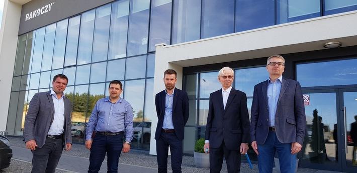 BILD zu OTS - Die Geschäftsführer der beiden Unternehmen Hargassner und Rakoczy Stal bei der Vertragsunterzeichnung.