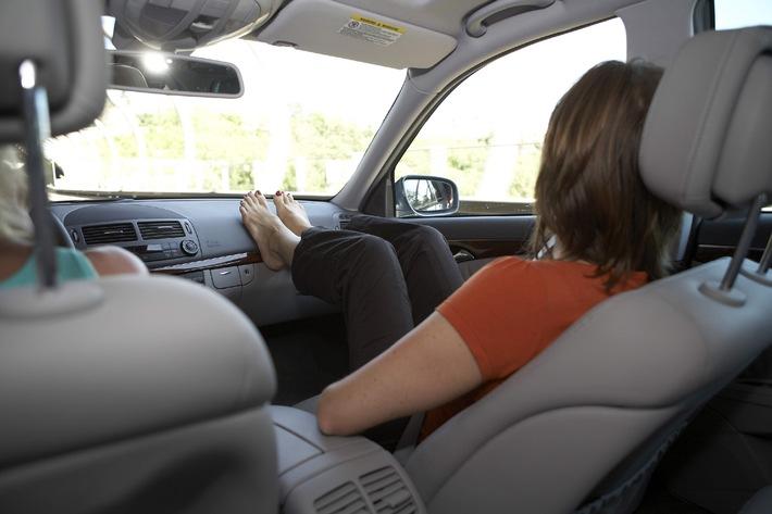 """Diese lässige Sitzposition der Beifahrerin kann beim Öffnen des Airbags zu schweren Verletzungen führen. Die Verwendung dieses Bildes ist für redaktionelle Zwecke honorarfrei. Abdruck bitte unter Quellenangabe: """"obs/DEKRA AG""""."""