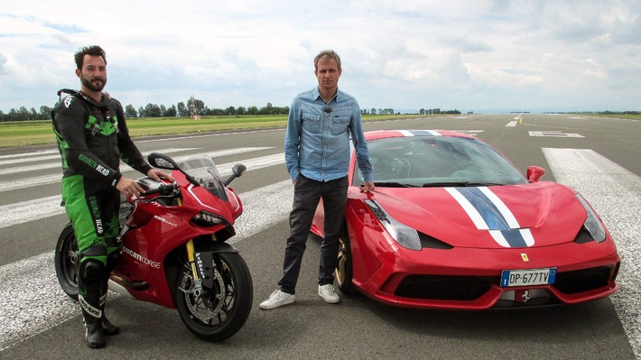 """GRIP-Moderator Matthias Malmedie (re.) tritt im Ferrari F 458 Speciale gegen Motorrad-Profi Jens Kuck mit seiner Ducati 1199 Panigale R an. Weiterer Text über OTS und www.presseportal.de/pm/6605 / Die Verwendung dieses Bildes ist für redaktionelle Zwecke honorarfrei. Veröffentlichung bitte unter Quellenangabe: """"obs/RTL II"""""""
