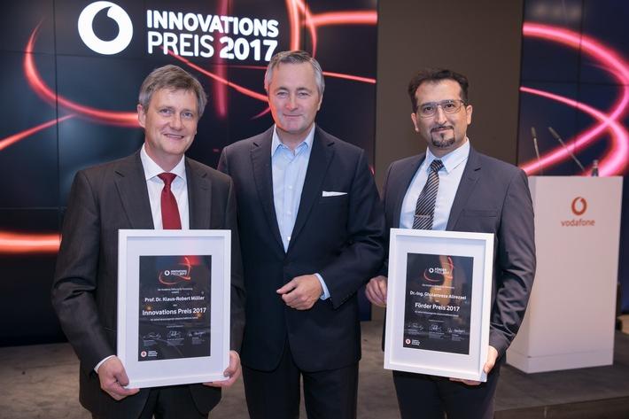 Vodafone Deutschlandchef Hannes Ametsreiter (Mitte) überreicht den Vodafone Innovationspreis 2017 an Klaus-Robert Müller (links, TU Berlin) und den Förderpreis an Gholamreza Alirezaei (RWTH Aachen).