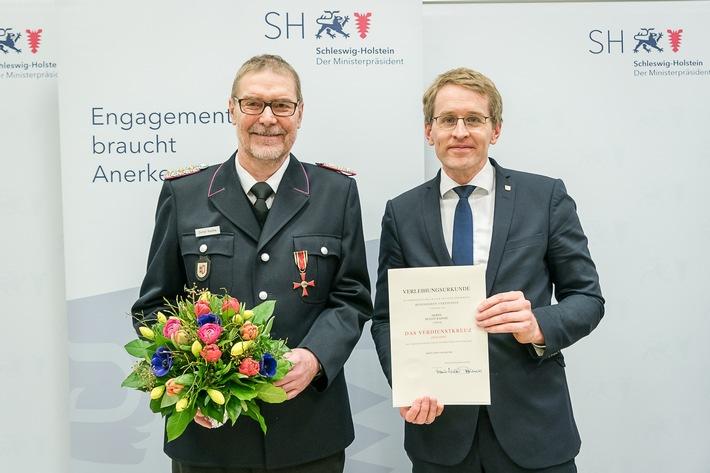 Landesbrandmeister Detkef Radtke wurde von Ministerpräsident Daniel Günther mit dem Verdienstkreuz des Bundesverdienstordens ausgezeichnet. Foto: Frank Peter(hfr)