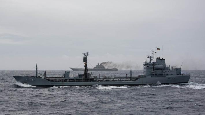 """Der Betriebsstofftransporter """"Rhön"""" (im Vordergrund) begleitet den russischen Flugzeugträger """"Admiral Kuznetsov"""" (im Hintergrund) im Rahmen der SNMG1"""