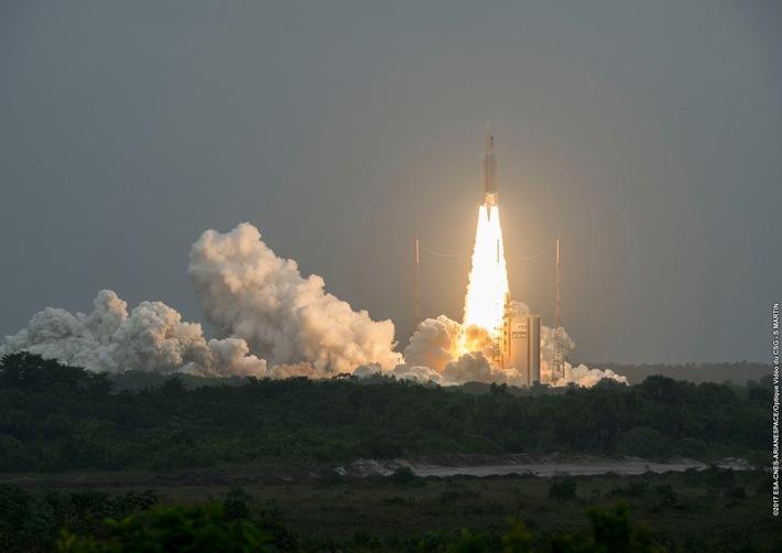 Start einer Ariane-5-Rakete vom Weltraumbahnhof Kourou in Französisch-Guyana am 12.12.2017 mit vier Satelliten für das europäische Navigationssystem Galileo an Bord. (c)ESA-CNES-ArianeSpace