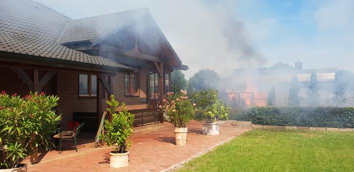 Flammen kommen dem Haus nah