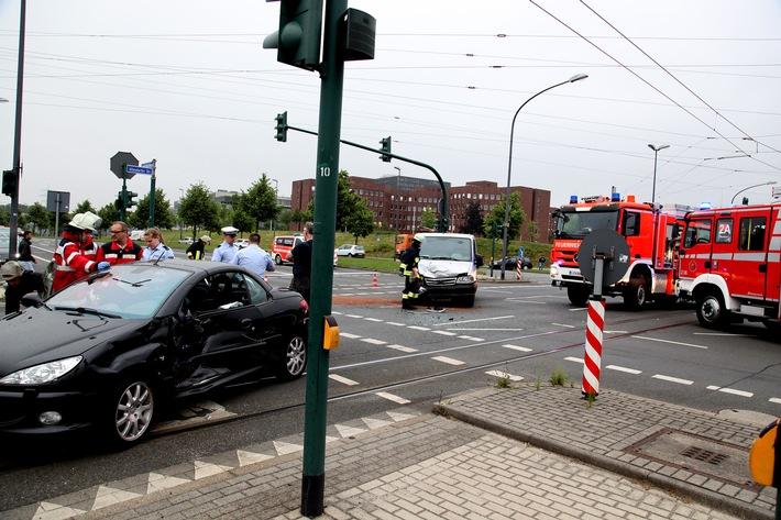 Die Ampelanlage der großen Kreuzung im Westviertel war zum Zeitpunkt des Unfallgeschehens nicht in Betrieb. Foto: Mike Filzen
