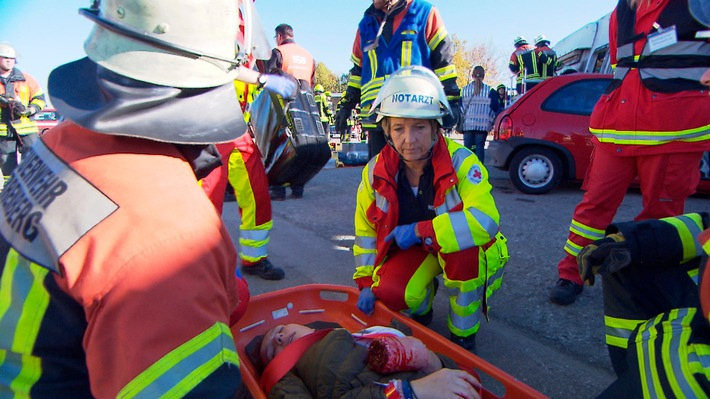 """SWR Fernsehen BETRIFFT, """"Hilfe im Notfall - Rettungsdienst in der Krise?"""", am Mittwoch (17.01.18) um 20:15 Uhr. Üben für den Ernstfall: Bei schweren Verkehrsunfällen ist eine gute Zusammenarbeit zwischen den Einsatzkräften für die Unfallopfer überlebenswichtig. © SWR, honorarfrei - Verwendung gemäß der AGB im engen inhaltlichen, redaktionellen Zusammenhang mit genannter SWR-Sendung bei Nennung """"Bild: SWR"""" (S2). SWR-Presse/Bildkommunikation, Baden-Baden, Tel: 07221/929-23876, foto@swr.de Weiterer Text über ots und www.presseportal.de/nr/7169 / Die Verwendung dieses Bildes ist für redaktionelle Zwecke honorarfrei. Veröffentlichung bitte unter Quellenangabe: """"obs/SWR - Südwestrundfunk"""""""
