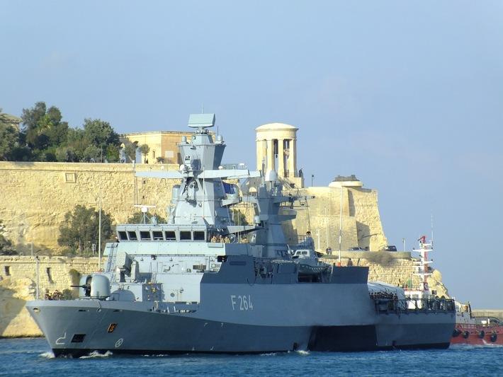 """Einlaufen der Korvette """"Ludwigshafen am Rhein"""" in Valletta"""