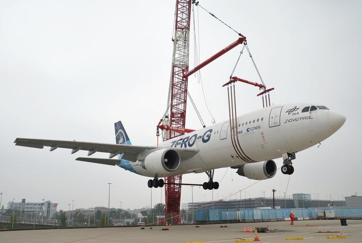 Airbus schwebt am Haken