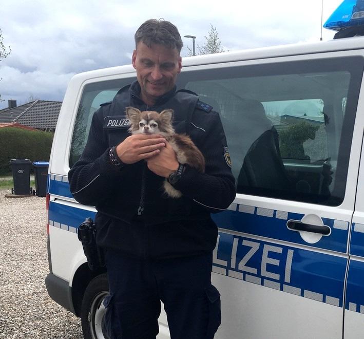 Bundespolizisten können den entlaufenen Hund an die Tierhalterin übergeben. Foto Bundespolizei
