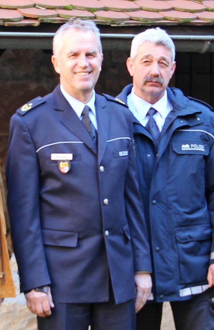 Foto: Heilbronns Polizeipräsident Hans Becker (li.) dankte Polizeikommissar Rainhard Kimmich für 40 Jahre engagierten Polizeidienst