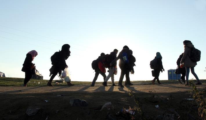 Auf der Flucht: Syrische Frauen auf der Balkanroute 2015.  Copyright: Help - Hilfe zur Selbsthilfe
