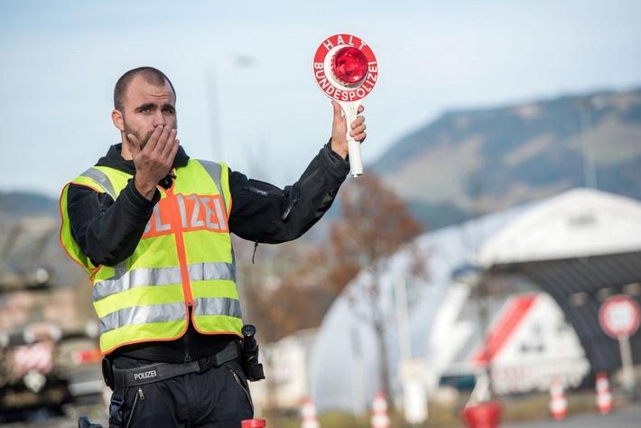 Die Bundespolizei hat bei Grenzkontrollen auf der Inntalautobahn einen mit Haftbefehl gesuchten Ungarn festgenommen. In seiner Unterhose fanden die Beamten Drogen.