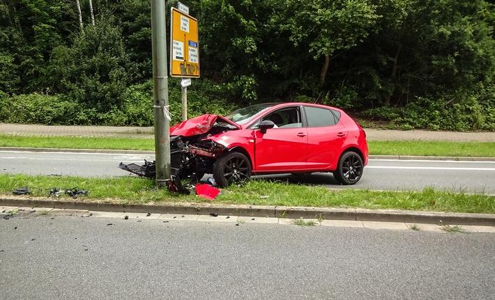 Der Fahrer verriss nach eigenen Angaben das Lenkrad und krachte gegen eine Laterne.
