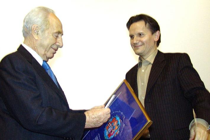 """Detlev Jöcker übergibt das Lied """"Alle Kinder dieser Erde"""" an Shimon Peres. Foto: links Shimon Peres, rechts Detlev Jöcker. Die Verwendung dieses Bildes ist für redaktionelle Zwecke honorarfrei. Abdruck bitte unter Quellenangabe: """"obs/Menschenkinder Verlag"""""""