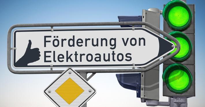 Wegweiser, Daumen hoch für die Förderung von Elektroautos / Weiterer Text über ots und www.presseportal.de/nr/153455 / Die Verwendung dieses Bildes ist für redaktionelle Zwecke unter Beachtung ggf. genannter Nutzungsbedingungen honorarfrei. Veröffentlichung bitte mit Bildrechte-Hinweis.