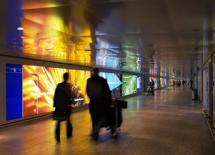 """Lightcorridor (Bild 1) auf der Ebene 0 am Flughafen Frankfurt / Die Verwendung dieses Bildes ist für redaktionelle Zwecke honorarfrei. Abdruck bitte unter Quellenangabe: """"obs/Landesbank Hessen-Thüringen"""" Weiterer Text über ots und unter www.presseportal.de."""