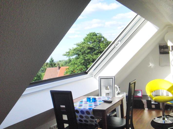 """Panorama-Schiebefenster: Die schönste Erfrischung gegen Hitze im Dachgeschoss / Attraktive Lösungen von LiDEKO für die Klimatisierung unter dem Dach: Schöne Perspektiven: Dachschiebefenster von LiDEKO bieten neben einem großzügigen Panoramablick auch die Möglichkeit, Dachgeschosswohnungen zu klimatisieren. Weiterer Text über ots und www.presseportal.de/nr/131708 / Die Verwendung dieses Bildes ist für redaktionelle Zwecke honorarfrei. Veröffentlichung bitte unter Quellenangabe: """"obs/LiDEKO"""""""