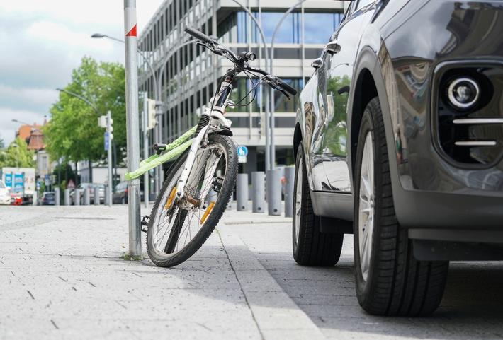 Trendsport Radfahren: Unfälle vermeiden / Scheinbar keine einfache Frage: Wie stellt man sein Rad sicher ab? - Rad gegen Diebstahl versichern (FOTO)