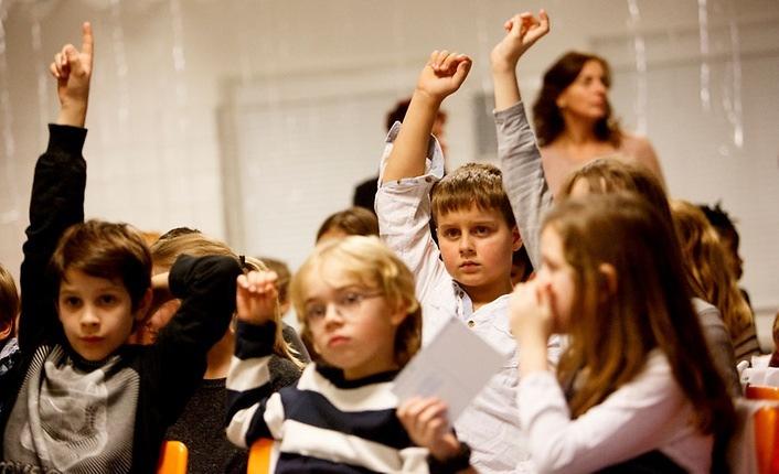 Schüler einer Berliner Grundschule diskutieren in einer Unterrichtsstunde über Kinderrechte. © UNICEF DT/2016/Julia Zimmermann