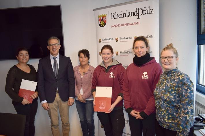 Der stellvertretende LKA-Chef Achim Füssel mit Vertreterinnen der Kindertagesstätte Kreyßigstraße und des Tierschutzvereins Mainz und Umgebung e.V.