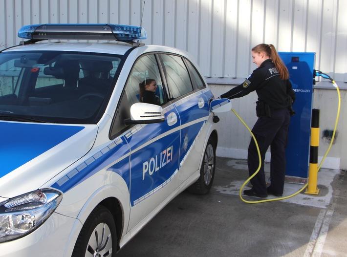E-Autos der Bundespolizei können ab sofort über die eigene umwelt- und bundespolizeiblaue Ladesäule betankt werden. Die E-Streifenwagen müssen maximal vier Stunden an den Tropf.