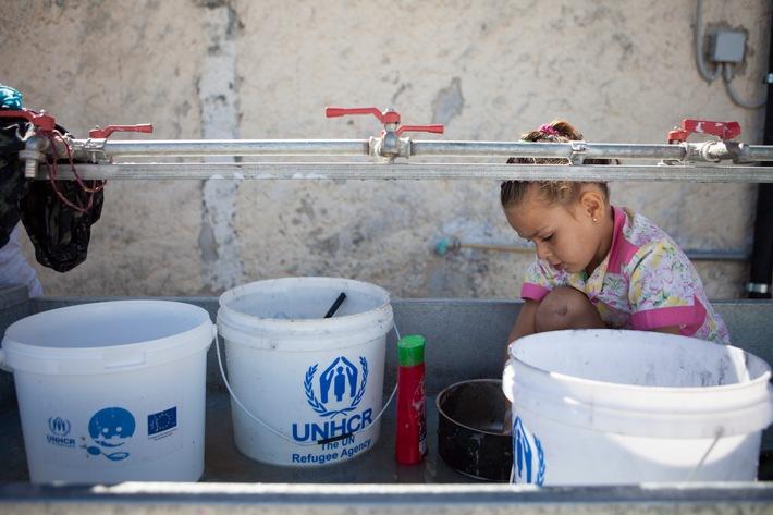 """Deutsche Postcode Lotterie fördert UNO-Flüchtlingshilfe mit 300.000 Euro / Ein kleines Mädchen bei den Sanitäranlagen in einem Flüchtlingslager auf den griechischen Inseln. Weiterer Text über ots und www.presseportal.de/nr/41583 / Die Verwendung dieses Bildes ist für redaktionelle Zwecke honorarfrei. Veröffentlichung bitte unter Quellenangabe: """"obs/Deutsche Postcode Lotterie/UNHCR"""""""