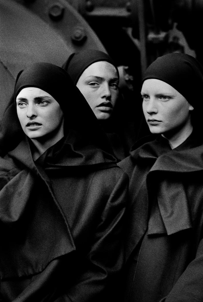 Linda Evangelista, Michaela Bercu,and Kirsten Owen, Pont-à-Mousson, 1988 © Peter Lindbergh (Cour.jpg