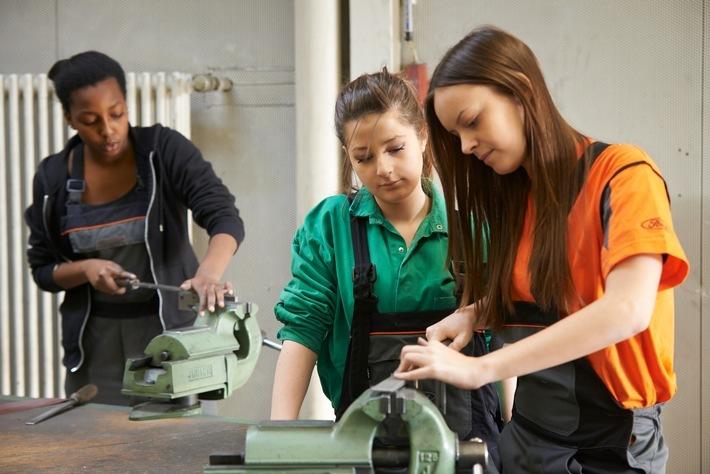 """Mädchen in technischen Berufen bei Ford. Weiterer Text über ots und www.presseportal.de/nr/6955 / Die Verwendung dieses Bildes ist für redaktionelle Zwecke honorarfrei. Veröffentlichung bitte unter Quellenangabe: """"obs/Ford-Werke GmbH"""""""