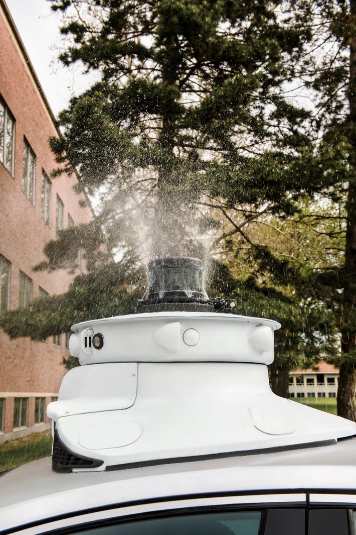 """Ford hat ein System entwickelt, bei dem Fahrzeug-Sensoren und -Kameras frei von Insekten bleiben. In den letzten Jahren hat Ford zahlreiche Experimente durchgeführt, um sicherzustellen, dass selbstfahrende Fahrzeuge ihr Umfeld jederzeit korrekt erfassen können. Dabei wurde beispielsweise Schmutz und Staub auf die Fahrzeugsensoren gesprüht, die Sensoren mit Wasser überschüttet, um Regen zu simulieren oder sogar synthetischer Vogelkot auf Kameralinsen geschmiert. Im Idealfall, so konstatierte das Team um Venky Krishnan, Supervisor Autonomous Vehicle Systems, Ford, träfen erst gar keine Insekten auf die Sensoren.  Weiterer Text über ots und www.presseportal.de/nr/6955 / Die Verwendung dieses Bildes ist für redaktionelle Zwecke honorarfrei. Veröffentlichung bitte unter Quellenangabe: """"obs/Ford-Werke GmbH"""""""