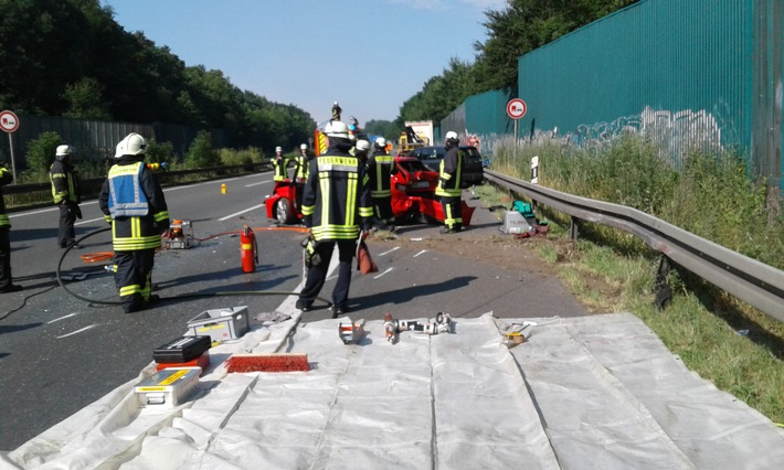 Die Feuerwehr arbeitete auf der A1 mit schwerem Gerät, um einen verunfallten Autofahrer schonend aus seinem PKW zu befreien.