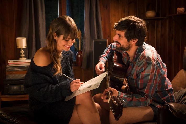 Lou (Cristina do Rego) und John (Tom Beck) komponieren